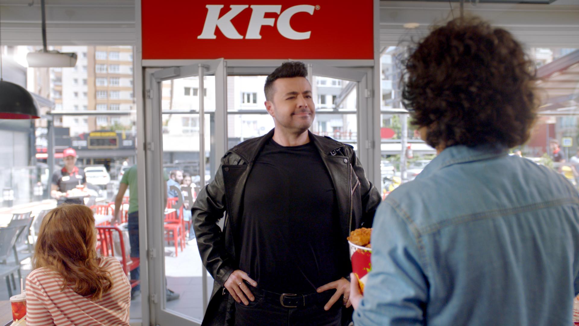 KFC, menüsüne dönen kalça tavuk kovasının reklam filmini 90'ların efsane ismi Burak Kut ile duyurdu.