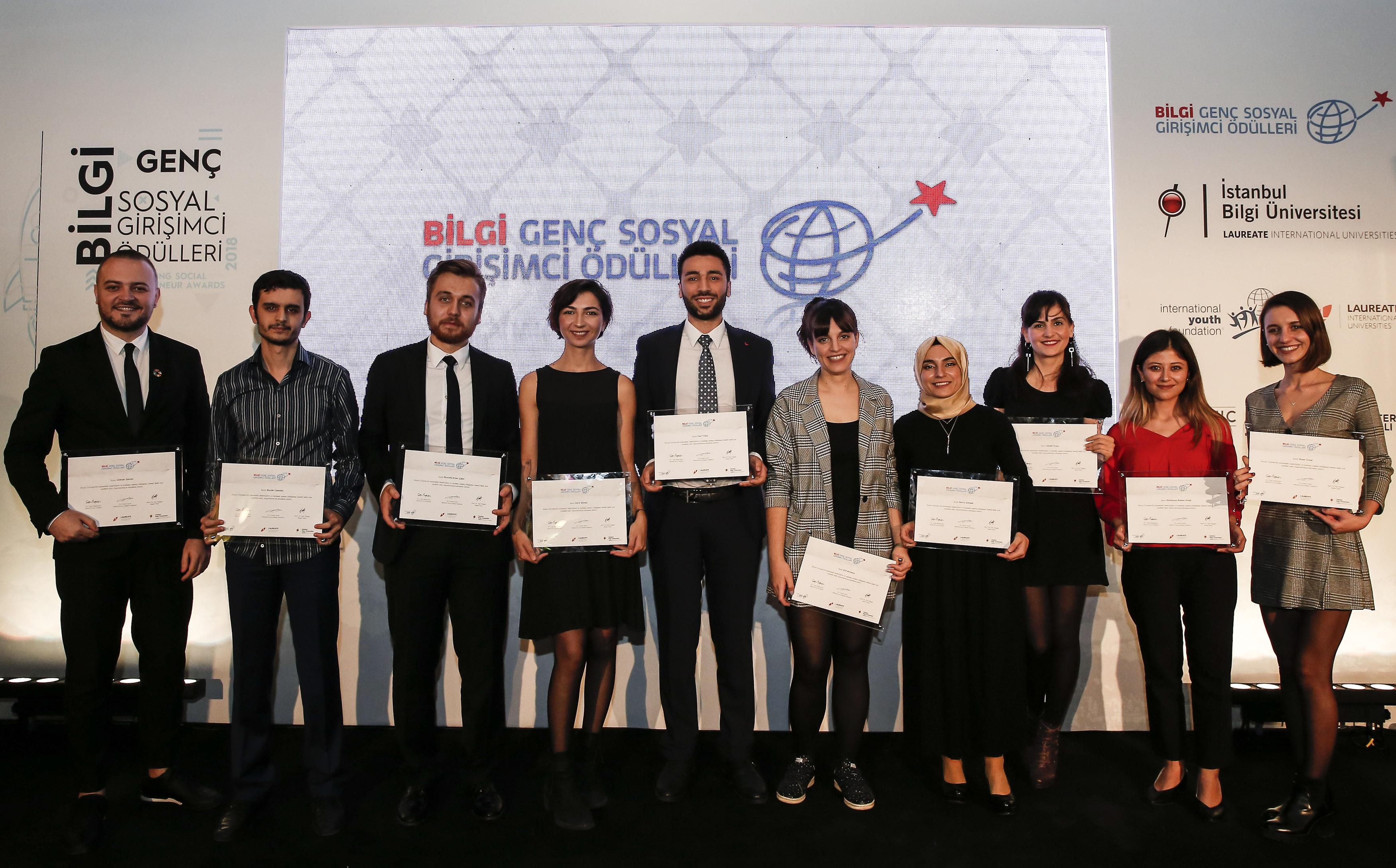 """İstanbul Bilgi Üniversitesi tarafından bu yıl 8'incisi düzenlenen """"Genç Sosyal Girişimci Ödülleri"""" sahiplerini buldu. Topluma pozitif katkı sağlamış 10 sosyal proje ödüllendirildi."""