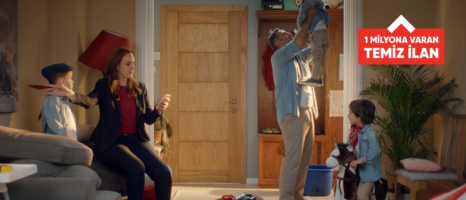 Hürriyet Emlak'ın yeni reklam filmlerinde ev değiştirme kararı alan Yasemin ve Alican yaptıkları işi bırakmadan tek elleriyle aradıkları evi buluyor.