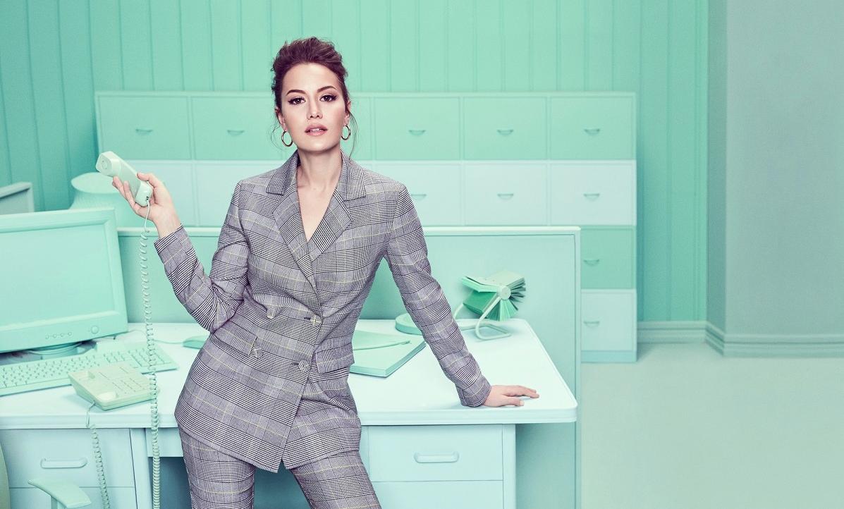 59eb96e64b954 Fahriye Evcen Koton'un yeni reklam filminde iş kadını oldu!