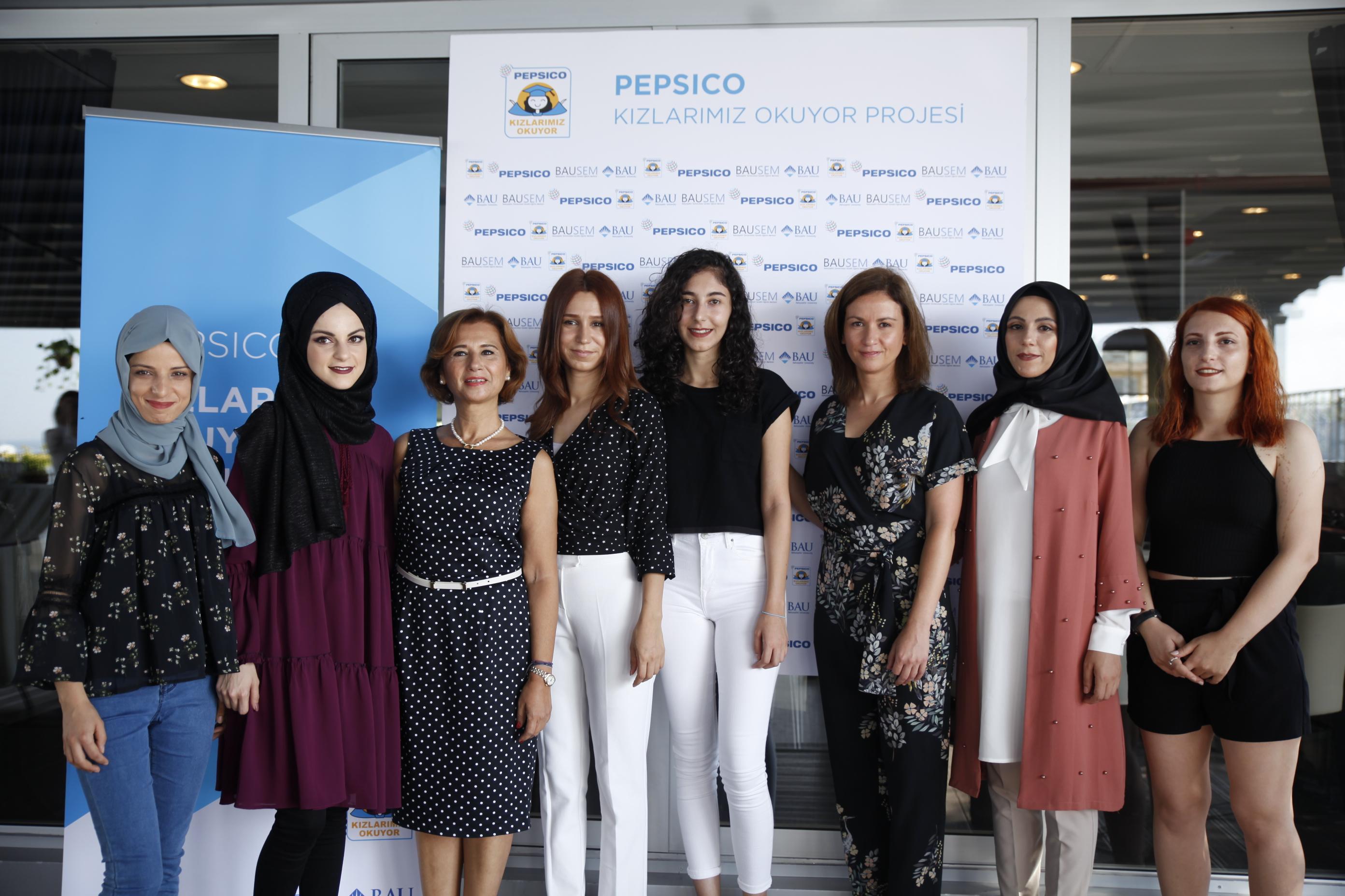 """Dünyanın en büyük yiyecek ve içecek şirketlerinden PepsiCo, içinde faaliyet gösterdiği toplumlarda refahı artırmaya yönelik sürdürülebilirlik projelerinden olan """"Kızlarımız Okuyor"""" burs ve staj programının yeni dönem çalışmalarına başladı."""
