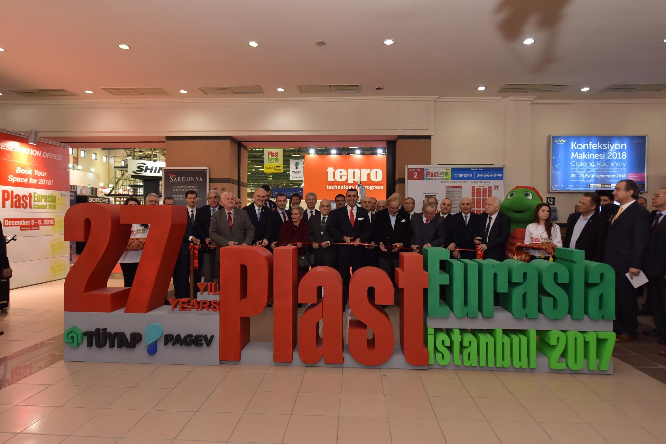 Bugün 8,9 milyon tonluk üretim kapasitesi ile Avrupa'nın ikinci, dünyanın ise altıncı büyük üreticisi olan Türk plastik endüstrisi 27. PlastEurasia Fuarı'nın açılışını TÜYAP Fuar ve Kongre Merkezi'nde gerçekleştirdi.