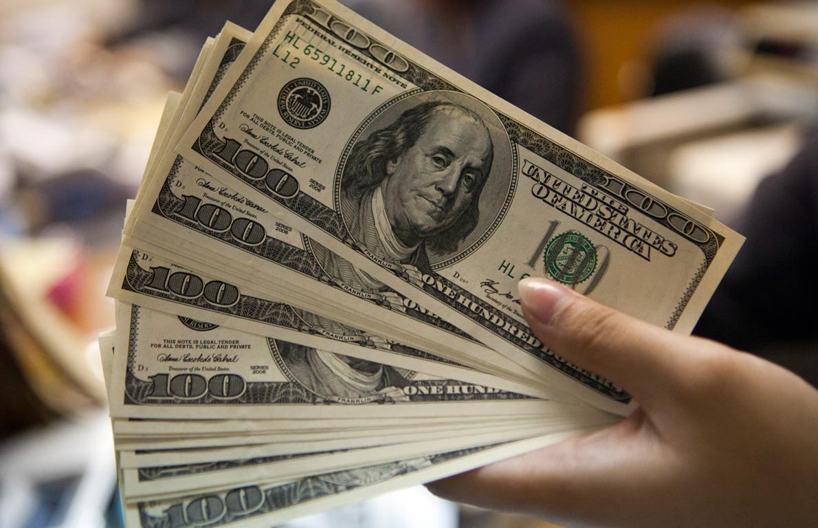 Pazartesi dolarda yaşanan yükselişin hızını, yerli kurumlar ve yatırımcıların yaptığı 2 milyar $'a yakın satışın kestiği belirtiyor
